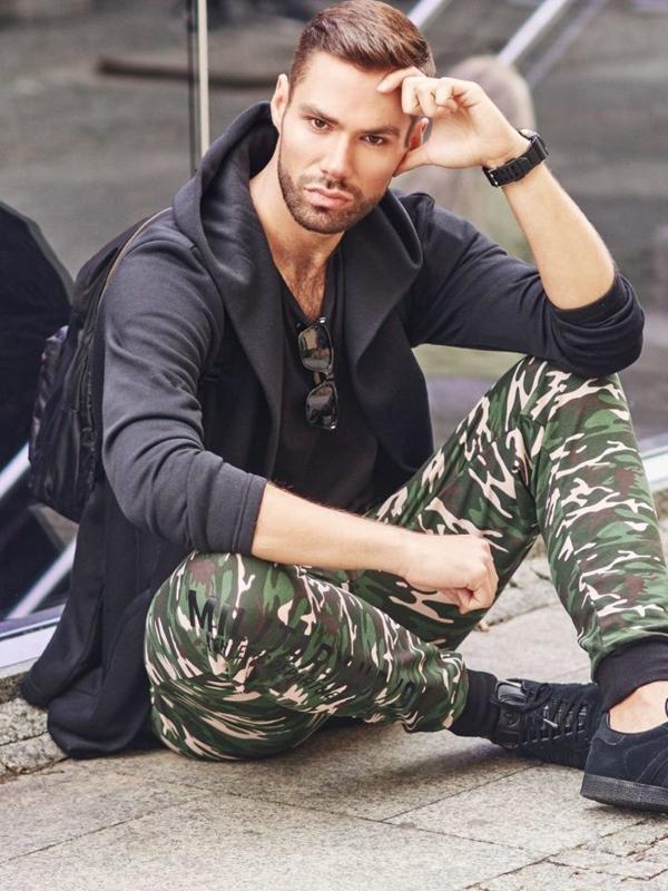 Stylizace č. 300 - brýle, hodinky, mikina s kapucí, tričko bez potisku, jogger kalhoty