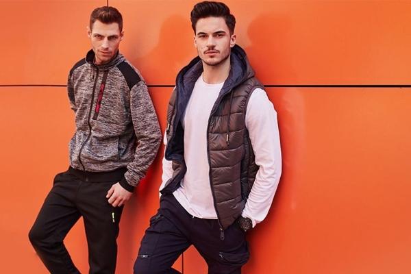 Štylizácia č. 437 - Outfit 1 - mikina s kapucňou, teplákové joggery Outfit 2 - prešívaná vesta, nátelník, kapsáčové joggery
